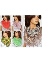Chusta wiosenna trójkątna w najróżniejsze wzory. Frędzelki pomogą i elegancko ułożą się na twoim ubiorze.